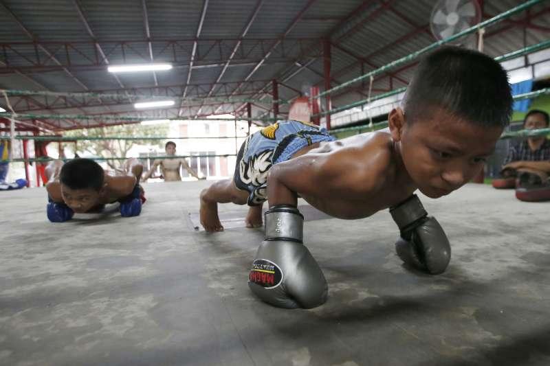 泰國貧窮的孩子ˋ為了賺錢而投入泰拳訓練和比賽,卻可能影響他們的腦部發展。(美聯社)