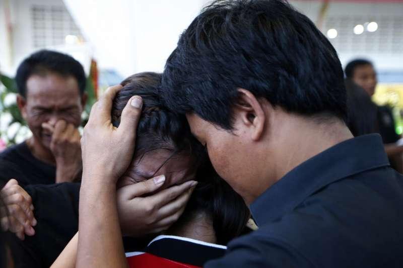 13歲的泰拳選手安努查因為腦溢血,在擂台上喪命,家人哀痛欲絕。(美聯社)