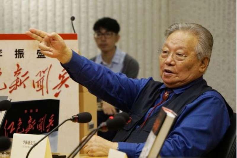 李振盛在新書發佈會上(BBC中文網)