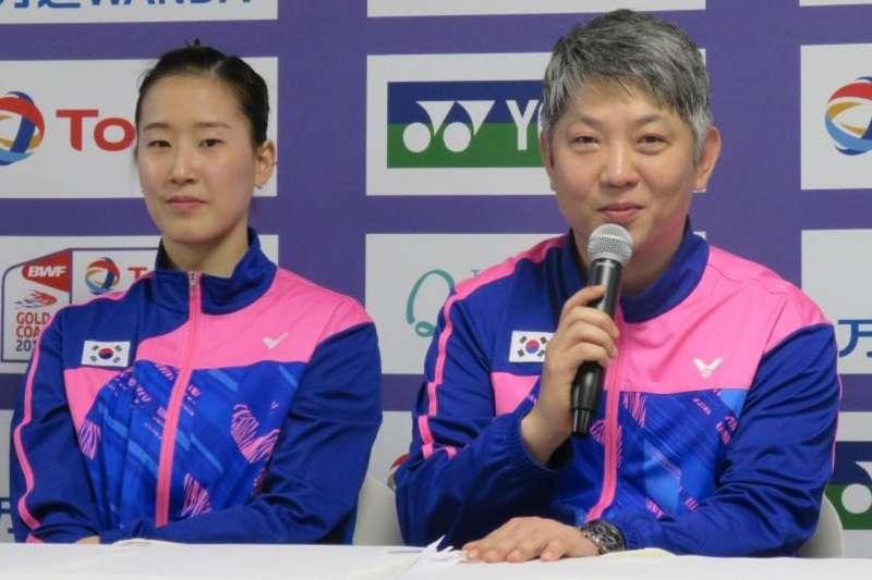 由於韓國羽毛球隊本季表現嚴重下滑,韓國羽協也在不久前發簡訊通知姜京珍(右)在內的7位國家隊教練,雙方合約在11月23日走完後不再續約。 (截圖自BWF官網)