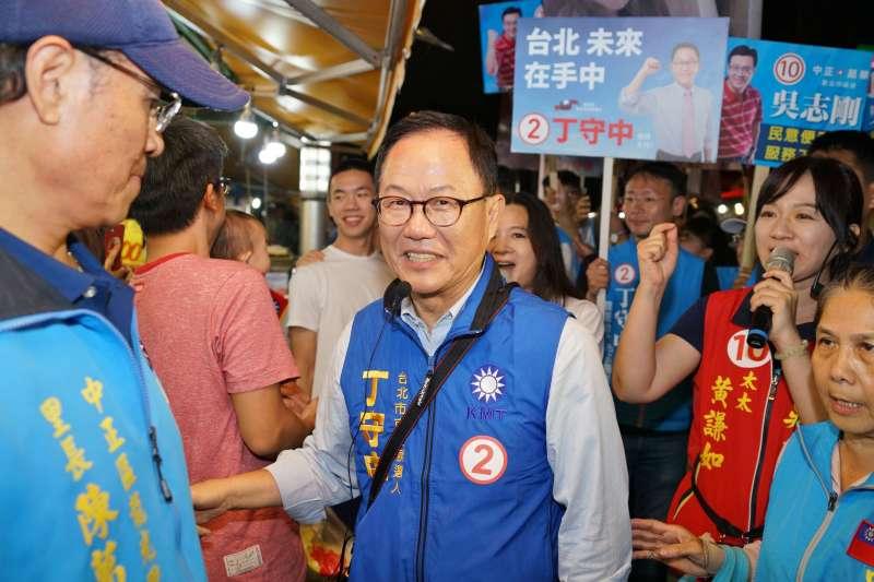 20181118-台北市長候選人丁守中赴南機場夜市掃街拜票。(盧逸峰攝)