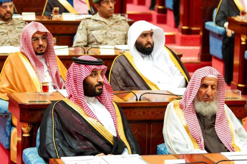 2018年11月19日,沙烏地阿拉伯國王薩勒曼(King Salman)發表演說,沙國王儲穆罕默德(Mohammed bin Salman,前排左)在台下聆聽。(AP)