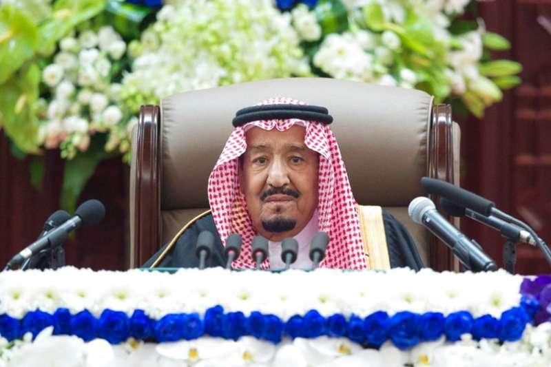2018年11月19日,沙烏地阿拉伯國王薩勒曼(King Salman,右一)在哈紹吉案後首度發表演說,續挺王儲穆罕默德(Mohammed bin Salman)施政。(AP)