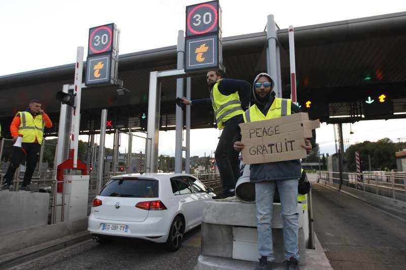 法國民眾反對調漲燃料稅,發起「黃背心」示威,封鎖道路(AP)