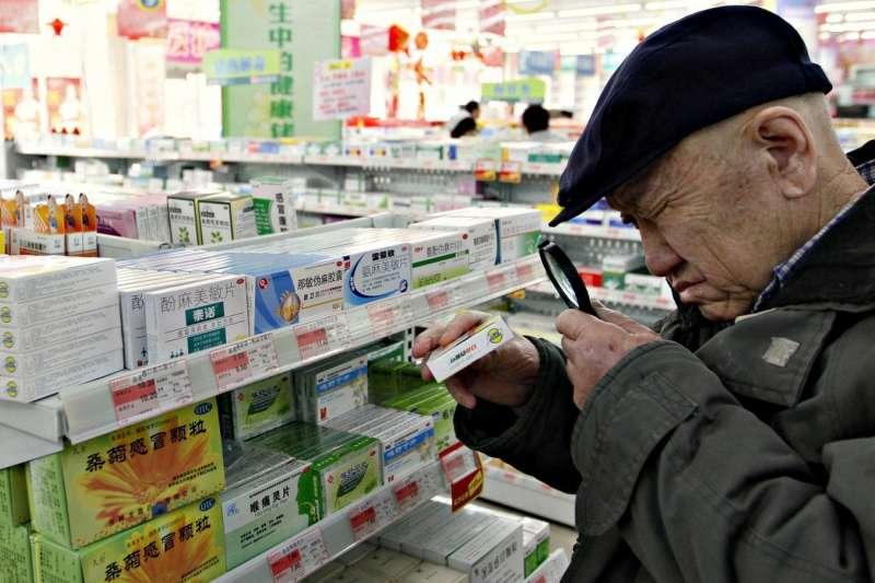中國醫療體系問題嚴重,許多身患重病的人負擔不起藥物,為求活命只好上網買藥粉,鋌而走險自己調藥吃。(圖/路透社,*CUP提供)