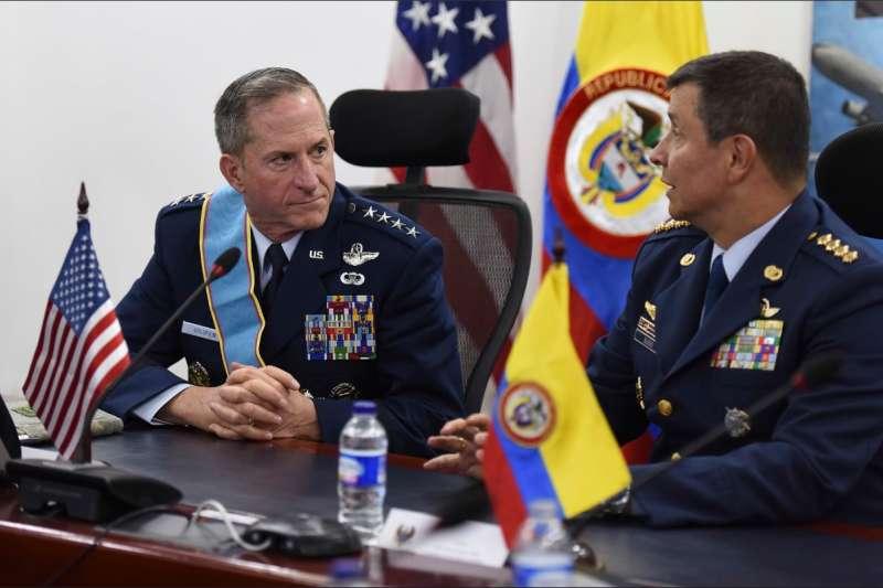 2018年11月15日,美國空軍參謀長古德芬上將(David Goldfein)與哥倫比亞空軍參謀長布韋諾(Carlos Eduardo Bueno)。( Dave Goldfein / Twitter )