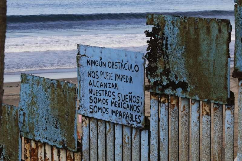 位於墨西哥邊境的圍牆上的標語用西班牙文寫著「我們是墨西哥人,沒有任何事物能阻擋我們的夢想」。(美聯社)