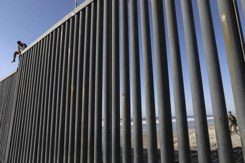 位於美墨邊境的高牆。(美聯社)