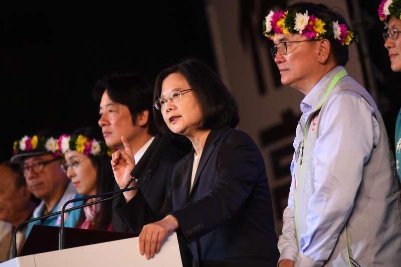 總統蔡英文(右二)說,聞名國內外的熱氣球嘉年華,還要擴大舉辦,為台東衝觀光。(民進黨中央提供)