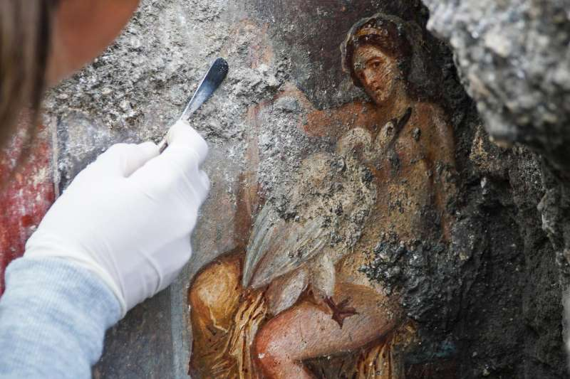 麗達與化身為天鵝的宙斯做愛,考古學家在龐貝古城發現了一幅壁畫。(AP)
