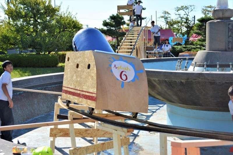 從北海道到沖繩縣,越來越多高中在學校的文化祭上,推出手工自製的雲霄飛車。這有什麼魅力呢?(圖/潮日本)