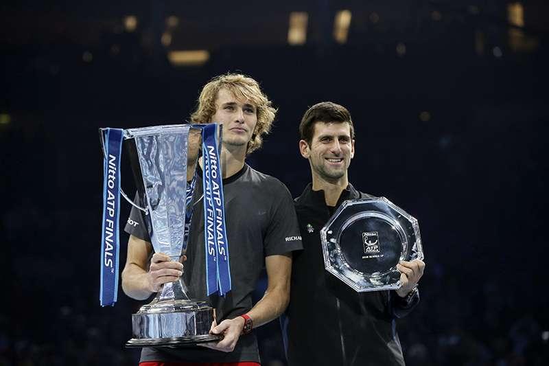 2018年ATP年終賽,維瑞夫以直落二擊敗喬科維奇,激動地捧起年終賽男子單打冠軍的獎盃,21歲的德國好手將衝擊網壇勢力嗎?(美聯社)
