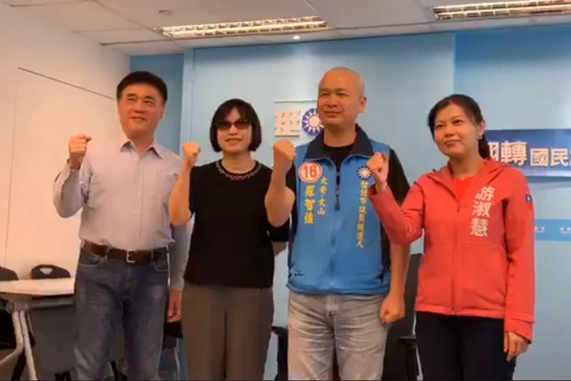 前總統府副秘書長羅智強(右二)目前位居台北市大安、文山區市議員領先位置,稍早在個人臉書宣布當選。圖為羅智強選前剃光頭的照片。(資料照,取自羅智強臉書直播影片)