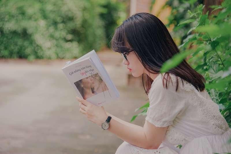 你還記得上次拿起一本書來閱讀是什麼時候嗎?趕緊用短周期閱讀計畫培養閱讀習慣,它將會帶給你這些意想不到的驚人好處!(圖/Min An@pexels)