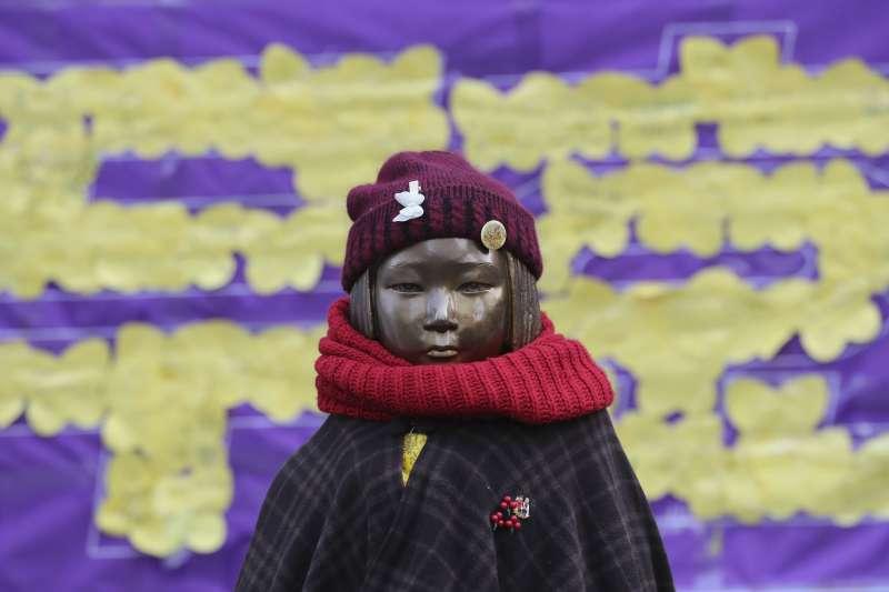 南韓慰安婦問題,經常引發民間大規模示威抗議,這是首爾日本大使館附近的慰安婦雕像(AP)