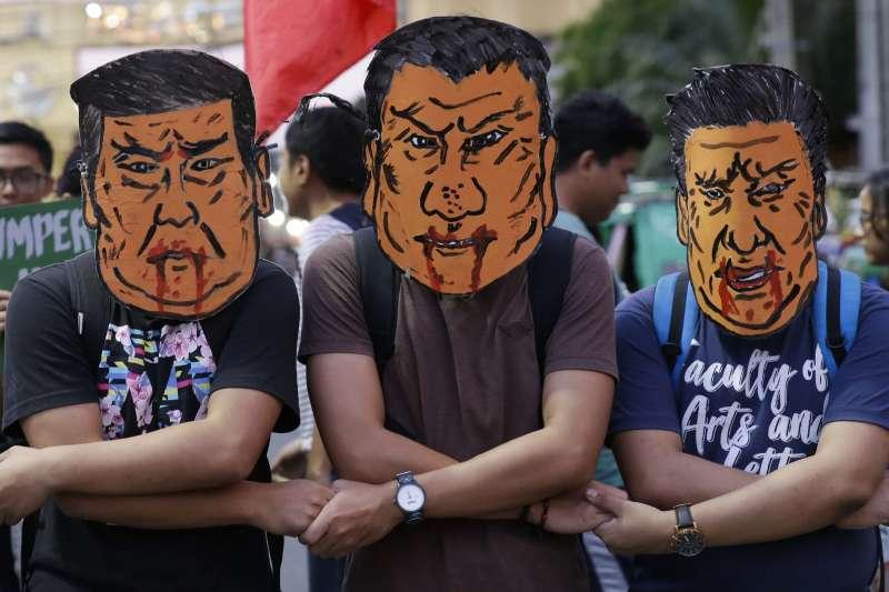 2018年11月20日,中國國家主席習近平抵達馬尼拉,對菲律賓進行國是訪問,引發菲國民眾抗議(AP)
