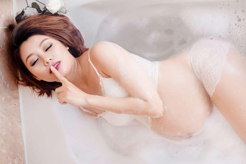 勃起狀態下,陰莖有時會意外撞擊受傷,尤其是轉換性交姿勢時最易發生,例如女上男下就是常見的受傷危險姿勢。(示意圖/pixabay)