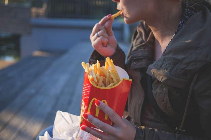 「薯條去鹽」、「飲料升級」、「不要美乃滋」這些點餐英文,你知道嗎?(圖/Pexels@pixabay)