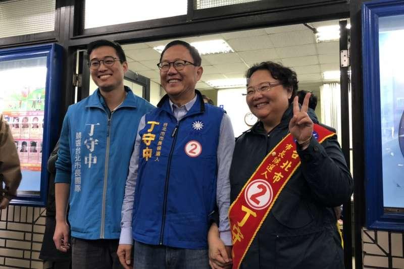 國民黨台北市長候選人丁守中(中)的太太溫子苓(右)、小兒子丁世豪(左)加入車隊掃街。(民眾提供)