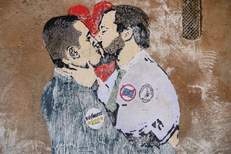 義大利米蘭,一幅壁畫描繪民粹政黨「五星運動黨」黨魁、副總理迪馬奧(左)與副總理兼內政部長薩爾維尼(右)(美聯社)