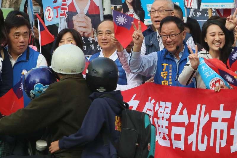 藍營輔選人士分析,姚文智只要能挺住一成得票率,丁守中(右二)就很有機會險勝。(柯承惠攝)