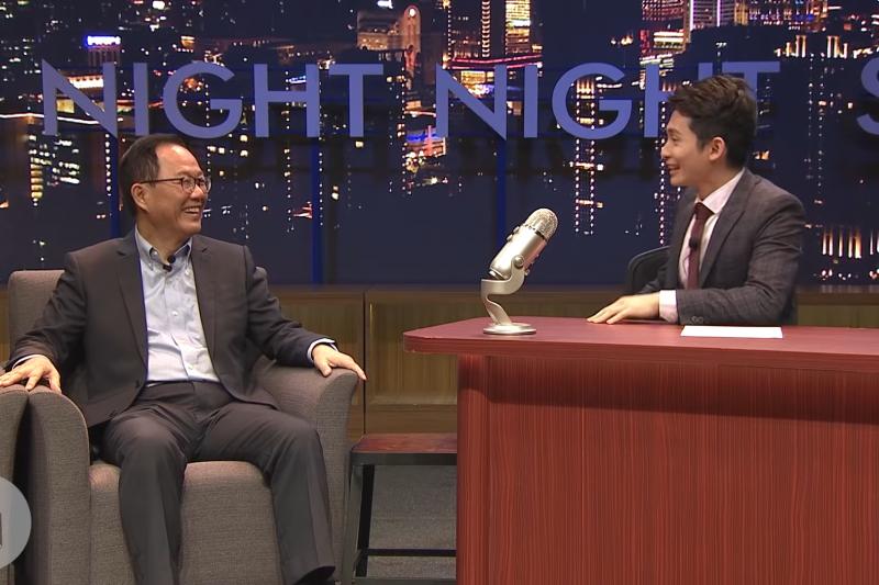 國民黨台北市長候選人丁守中日前接受網路節目《博恩夜夜秀》專訪,自爆競選歌曲價碼只要兩萬元,遭受批評。(截圖自STR Network@youtube)