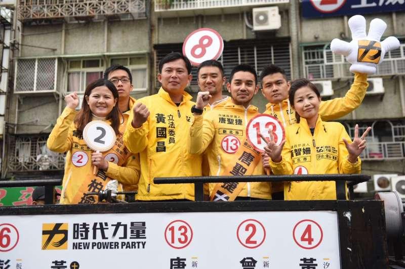 時代力量主席黃國昌(左三)帶領6位新北市議員候選人車隊掃街,黃表態將會投給民進黨市長候選人蘇貞昌。(時代力量新北市黨部提供)