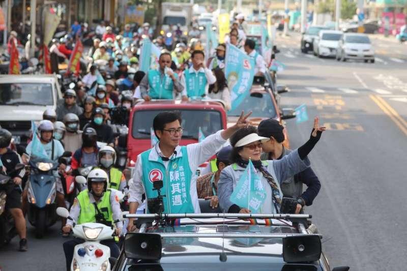 20181123-選前最後衝刺,國民黨秘書長陳菊陪同陳其邁進行車隊掃街,把握最後拉票機會。(陳其邁辦公室提供)