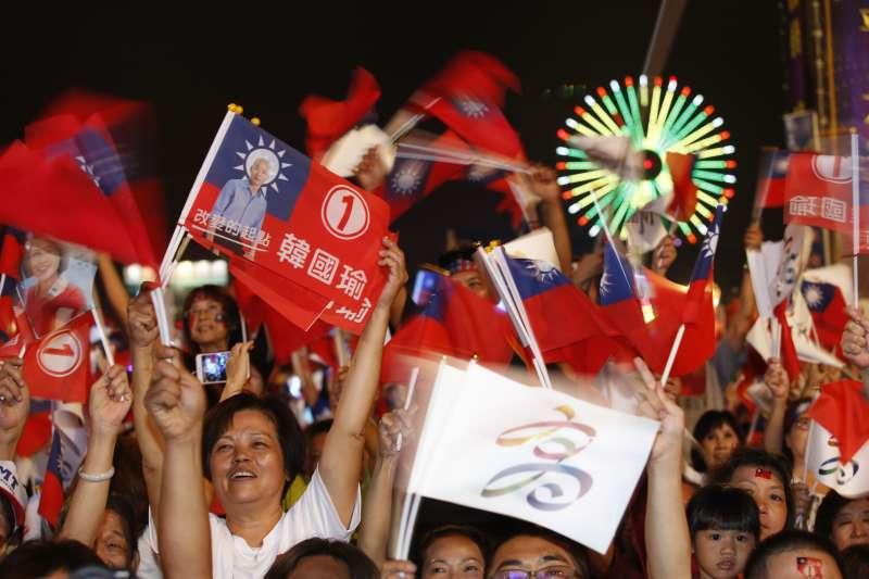高雄市長韓國瑜去年底選舉支出1.14億元,明顯超過中選會公告的8884萬元上限。圖為去年選前之夜,支持韓國瑜民眾熱情加油。(資料照,新新聞郭晉瑋攝)