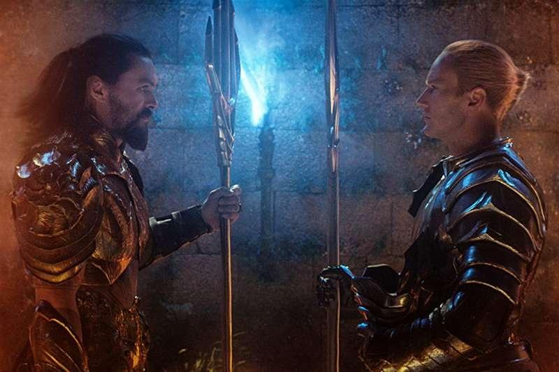 水行俠亞瑟(左)為了阻止同母異父的弟弟歐姆(右)向地表人類發動攻擊,即使對王位毫無興趣,也不得不向歐姆發起挑戰。(圖/取自imbd官網)
