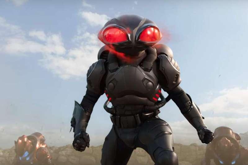 身穿黑色制服的特種部隊黑福鱝(Black Manta)為了報殺父之仇,對亞瑟展開攻擊。(圖/取自imbd官網)