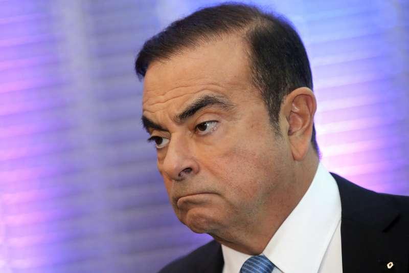 日產汽車前社長戈恩(Carlos Ghosn)鬧出低報薪資醜聞,其實他早與公司簽妥「黃金降落傘」,若安然無事退休,戈恩本來可坐領每年10億日圓的高額退休金。(圖片來源:AP)