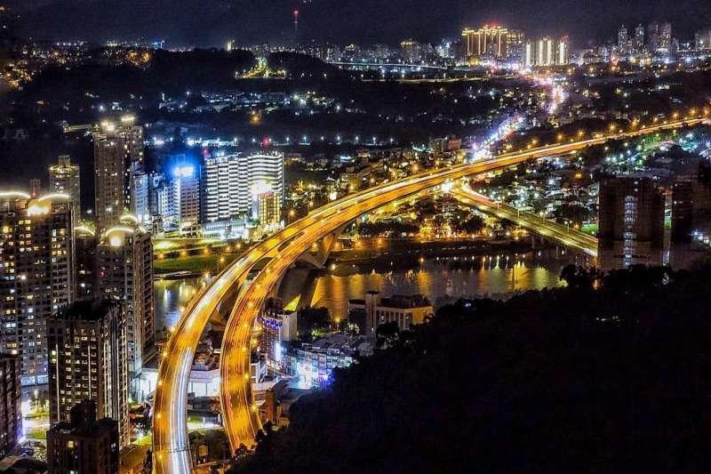 台北地區除了象山以外還有很多方便又漂亮的夜景打卡點,這篇將大安、內湖、新店、北投等可以看夜景的地方一次告訴你!(圖/oscarlife75@instagram)