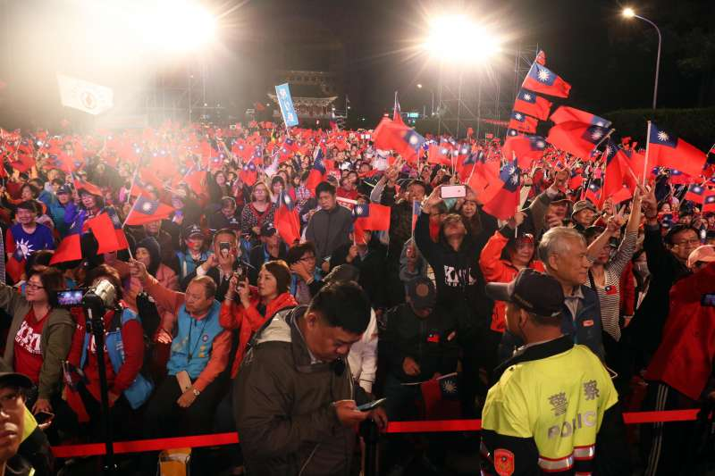20181123-國民黨台北市長候選人丁守中晚間舉行選前之夜活動。圖為熱情支持者。(蘇仲泓攝)