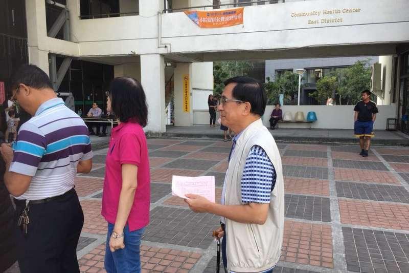 保外就醫的前總統陳水扁24日上午在台南完成投票,台中監獄副典獄長李進國說明,陳水扁仍有行使投票的權利,因《憲法》保障人民的選舉權。(取自陳致中臉書)