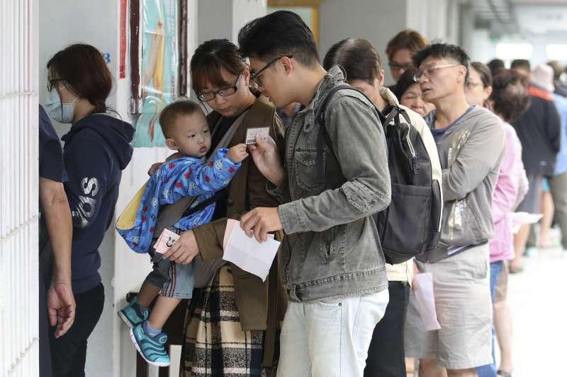 2018年11月24日,台灣九合一選舉,民眾排隊投票(AP)