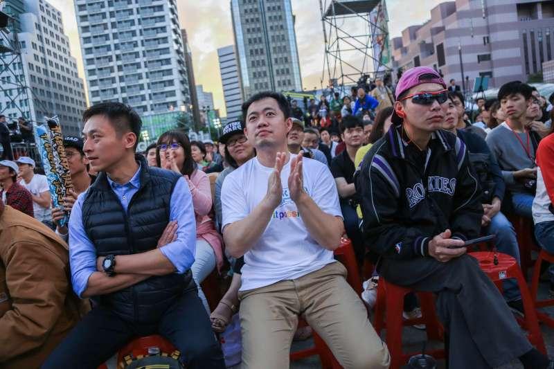 20181124-許多民眾24日聚集於台北市長柯文哲舉辦選前之夜的四四南村觀察選情。(簡必丞攝)