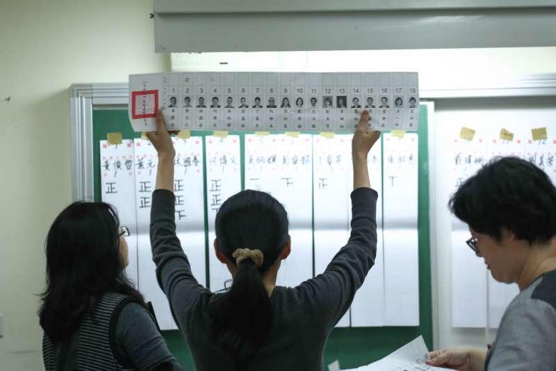 20181124-投票所開票配圖。(陳品佑攝)