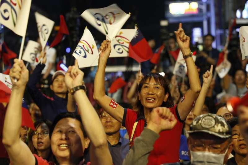 20181124-民眾聚集至國民黨高雄市長候選人韓國瑜的競選總部外,等待開票結果出爐。(新新聞郭晉瑋攝)
