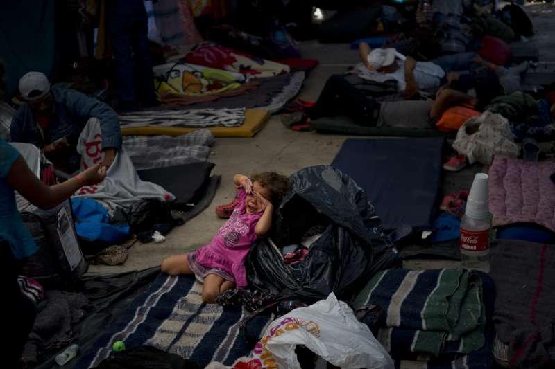 11月23日,一名中美洲移民女童在墨西哥提華納市的庇護所內哭泣(美聯社)