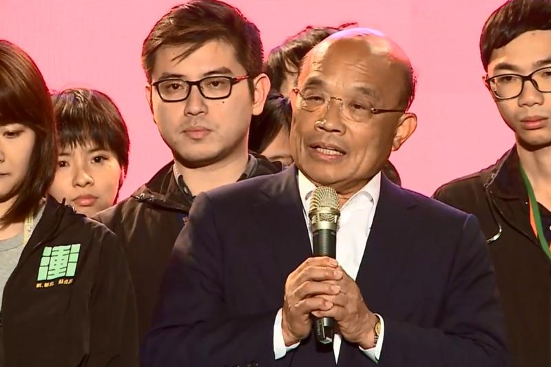 民進黨新北市長候選人蘇貞昌在24日晚間8時許站上舞台,宣布落敗,並向支持者致意。(取自蘇貞昌臉書直播影片)