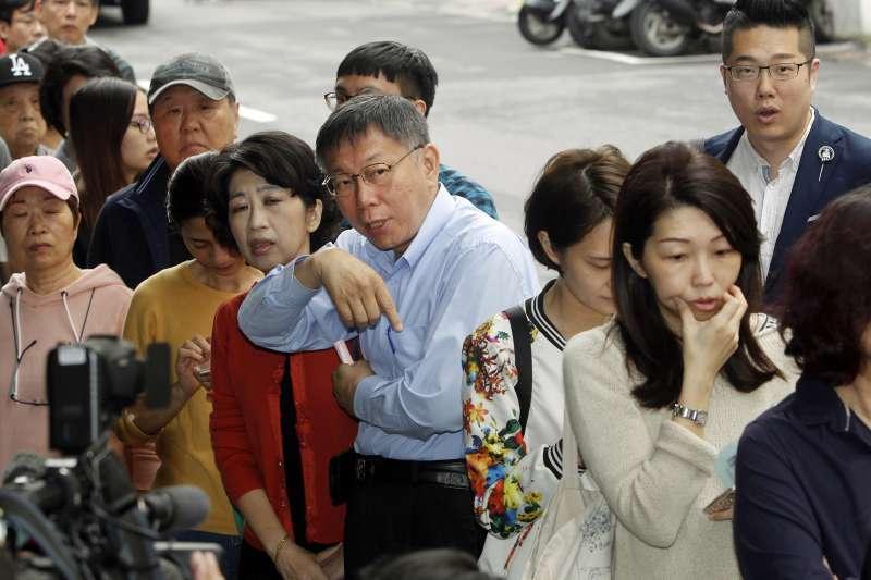 九合一選舉24日登場,台北市長柯文哲也跟著排隊人潮,等候投票。(AP)
