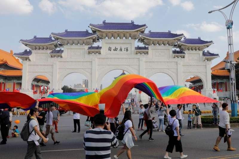 2018年10月同志驕傲遊行中象徵同志平權的彩虹旗(BBC中文網)