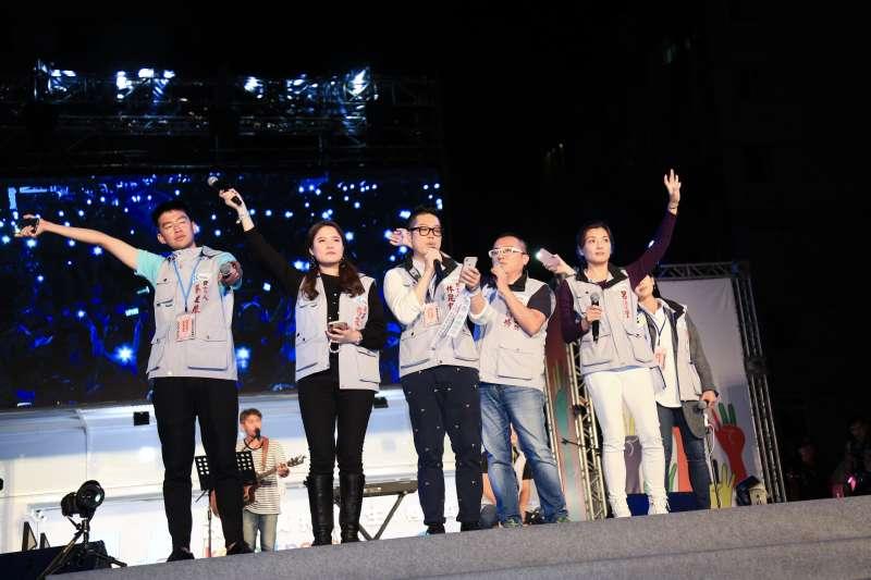 20181124-台北市長選舉,柯文哲與丁守中票數在25日凌晨2時仍拉鋸,等待結果同時柯文哲的幕僚及幹部同台唱歌。(簡必丞攝)