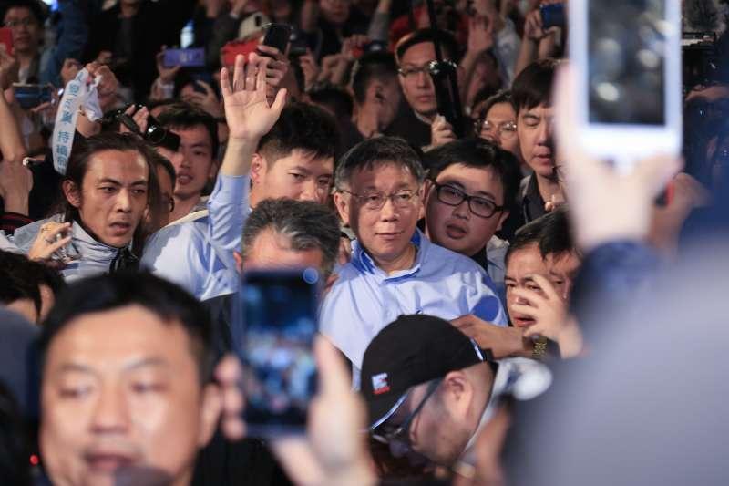 柯文哲進場20181125_台北市長柯文哲發表連任成功勝選演說。(簡必丞攝)