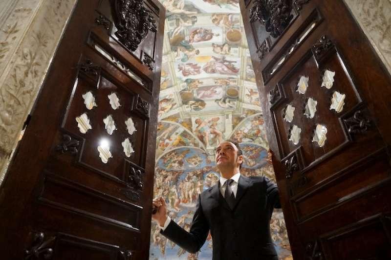 強尼先生開啟西斯汀教堂。(曾廣儀攝)