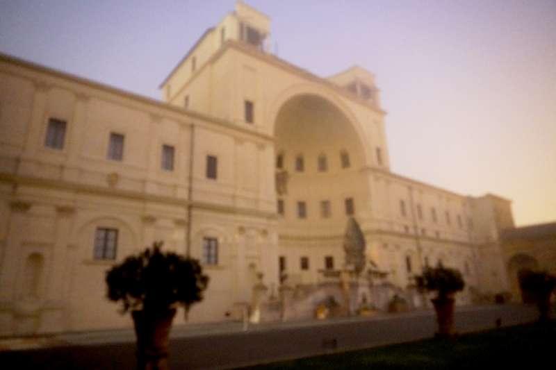 清晨霧中的梵蒂岡博物館的松果庭院。(曾廣儀攝)