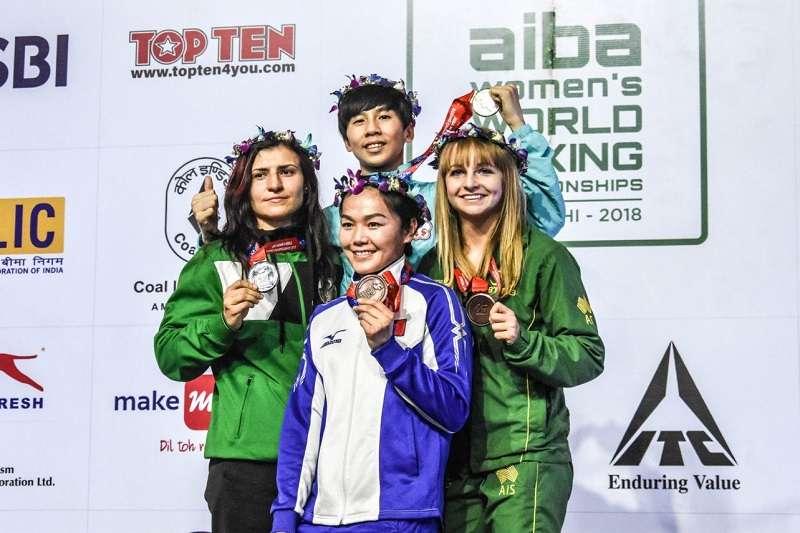林郁婷(中後)在印度新德里的2018年世界女子拳擊錦標賽擊敗保加利亞選手,為台灣贏得這項賽事首面金牌。。(圖取自AIBA官網)