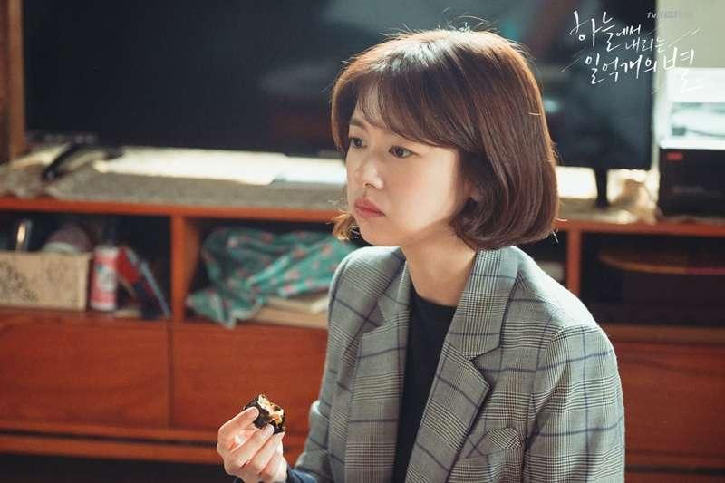 身在厭世代,「悲觀」成為青年的代名詞,跳脫這些思考翻轉命運!(圖/取自 tvN Drama FB)