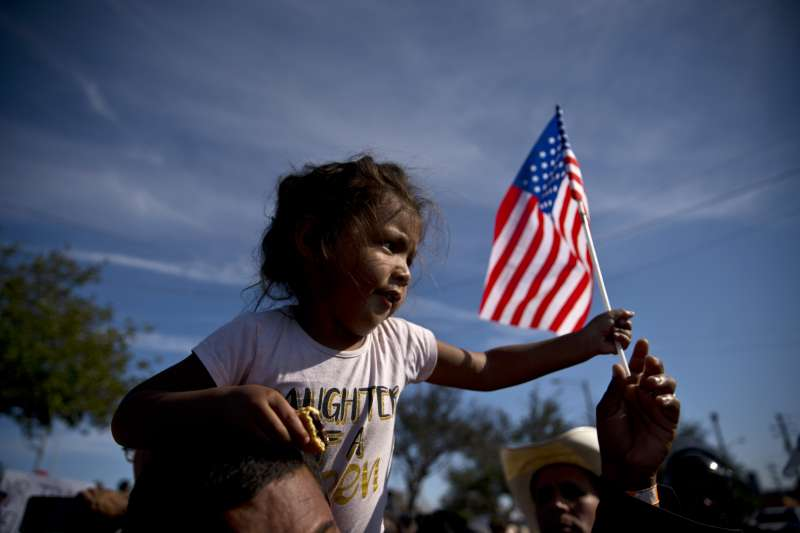 滯留在美墨邊境提華納市的中美洲移民抗議美國的移民政策。(美聯社)